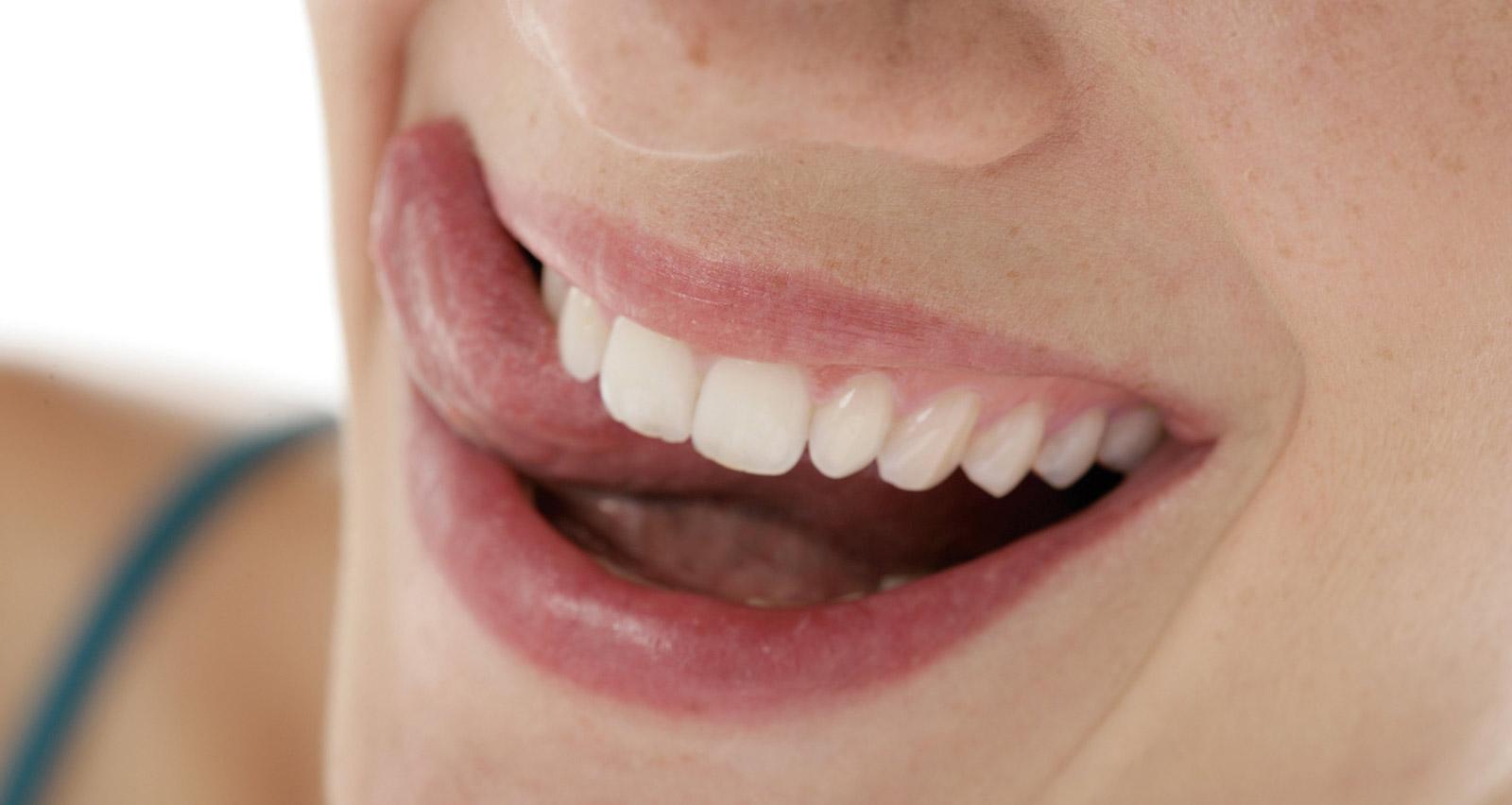 schönes attraktives Lächeln