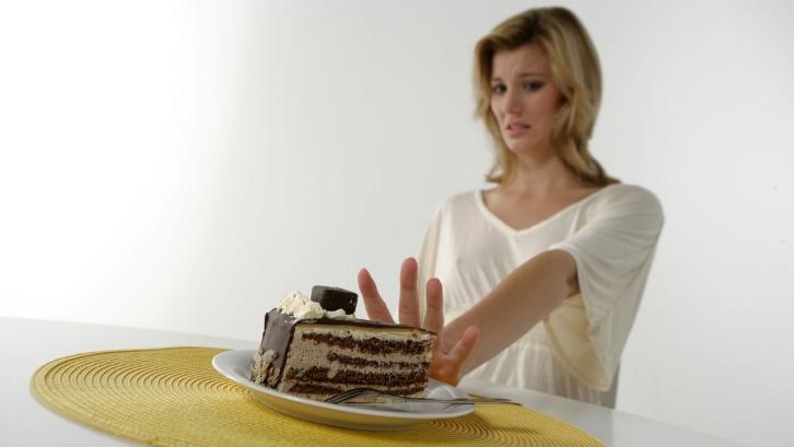 Frau und ein Stück Kuchen © proDente ev