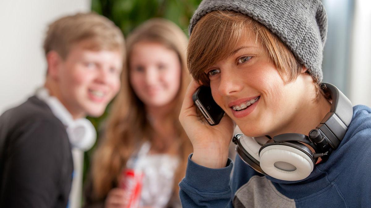 Teenager mit Zahnspange